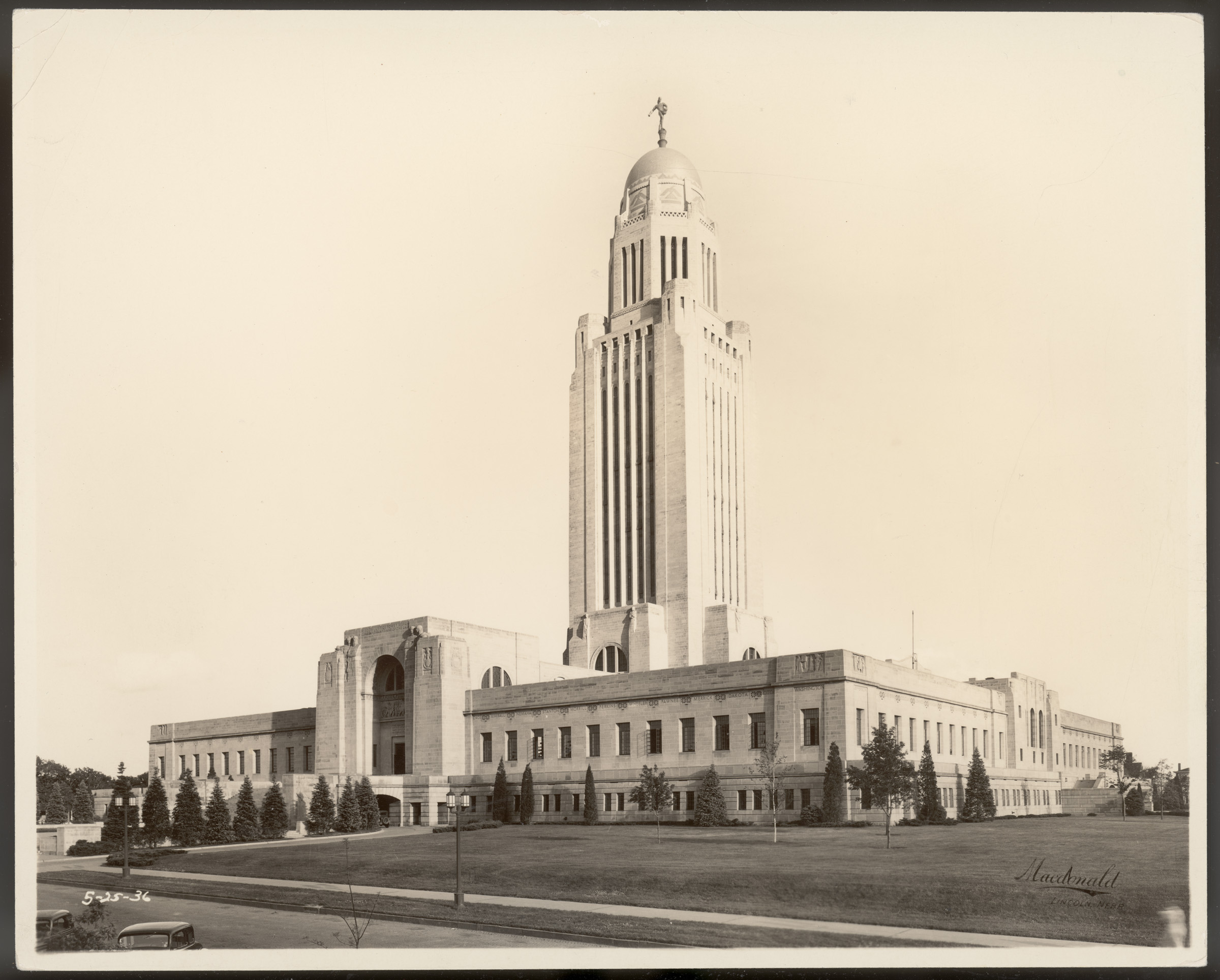 Photograph of the Nebraska State Capitol building.