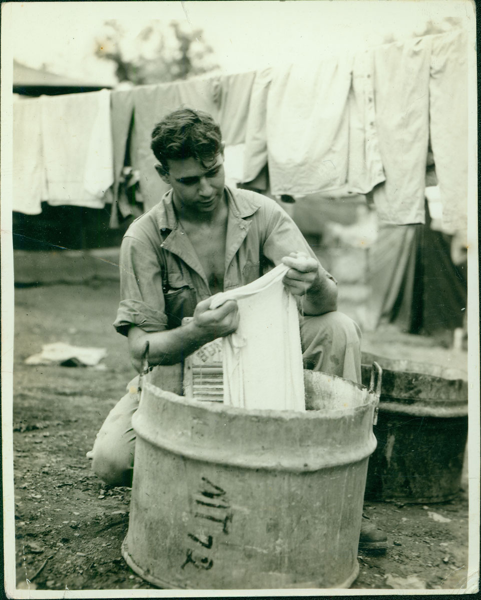 Merchant washing clothes [RG5841-9-13]